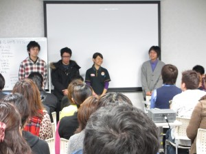 BIANCOから人材育成発表の與那嶺さん 新人スタッフの(左から)友寄さん・新垣さん・瑞慶覧さん